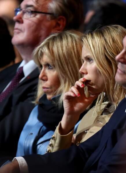 """Brigitte Macron et sa fille Tiphaine Auzière très concentrées pendant le discours du Président de """"En marche"""""""