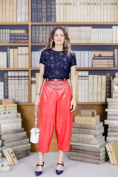 Marion Cotillard porte un look coloré et chic avec un pantalon rouge et un top signé Chanel