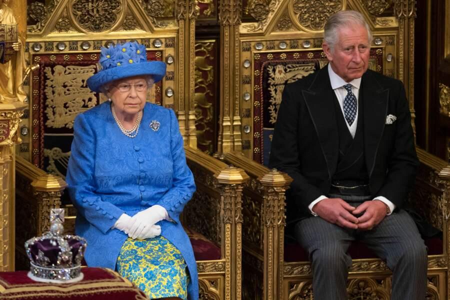 La reine Elisabeth II d'Angleterre et son fils le prince Charles à la Chambres des Lords de Westminster