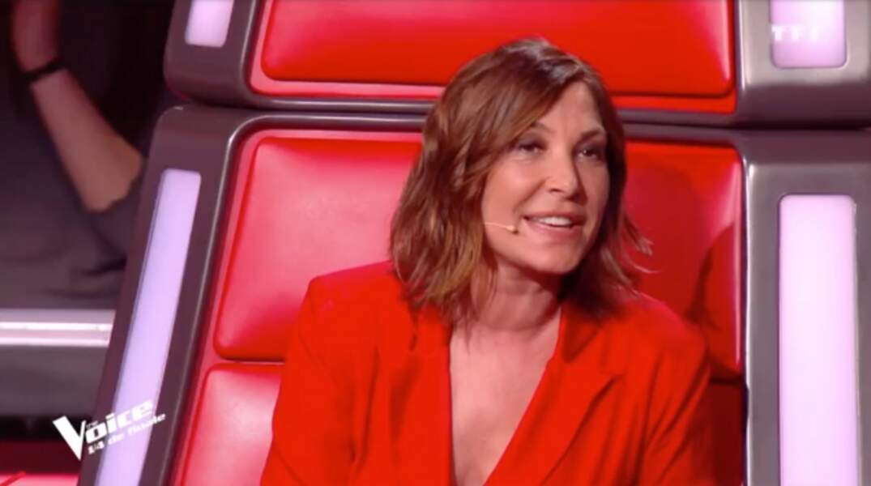Zazie porte une robe rouge sur le plateau de The Voice