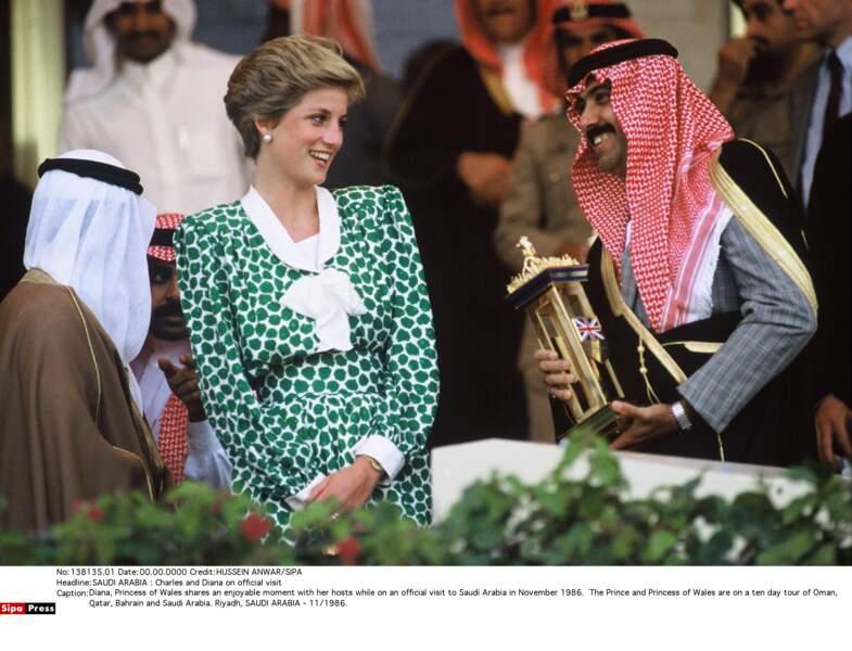 La princesse Diana en robe fluide verte lors de son arrivée en Arabie Saoudite en novembre 1986