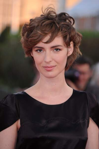 Boucles folles pour la jeune femme lors du 41e Festival du Film de Deauville