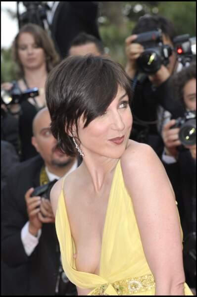 Une habituée du genre : Elsa Zylberstein en dévoile trop sur les marches lors du festival de Cannes 2008.