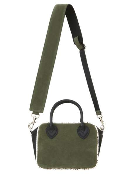 Army, petit sac à bandoulière en cuir velours, 550 € (Isabelle Farrugia).