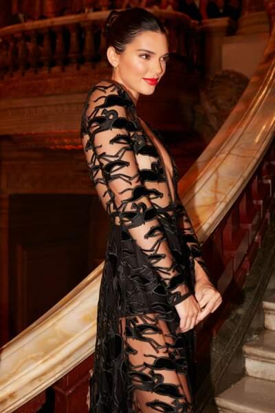 Véritable amazone moderne, Kendall Jenner représente Longchamp avec élégance et sensualité.