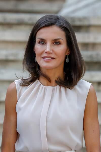Letizia d'Espagne élégante dans un look pastel pour visiter la bibliothèque nationale d'Espagne le 30 juillet 2019.