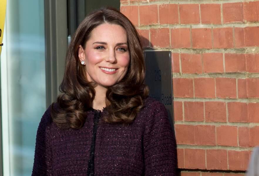 La Duchesse de Cambridge, souriante et élégante dans son manteau Séraphine, le 12 décembre 2017 à Londres