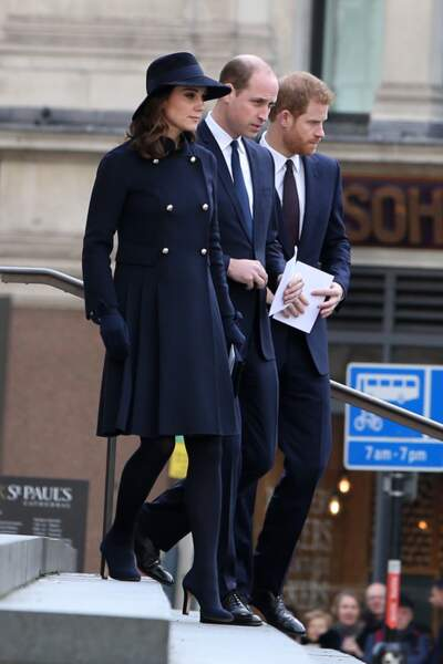 Kate Middleton, dont le ventre est bien arrondi maintenant, William et Harry, tous les trois sobrement habillés