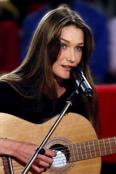 Elle s'adonne à sa nouvelle passion : la chanson (2003).