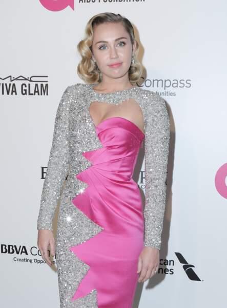 Les boucles sculptées de Miley Cyrus.