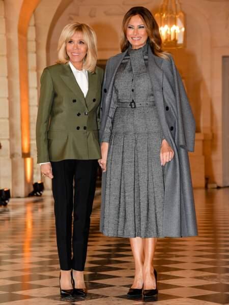 Melania Trump en ensemble gris Dior, déjeune avec Brigitte Macron au château de Versailles le 11 novembre 2018