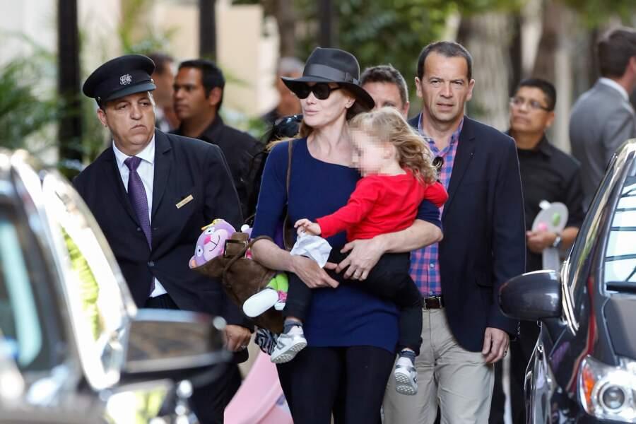 Dans les bras de Carla Bruni-Sarkozy pour rentrer en France