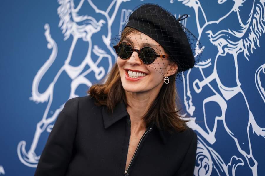 Anne Parillaud chic avec son chapeau à voilette