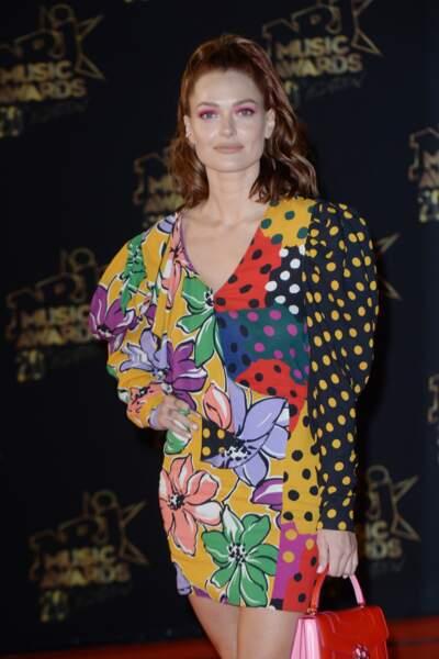 Make-up rose fluo, queue-de-cheval haute et taches de rousseur accentuées : Caroline Receveur sublime aux NMA.
