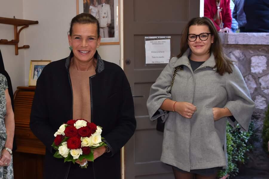 Stéphanie fait une distribution de cadeaux aux séniors monégasques avec sa fille Camille, le 18 novembre 2016