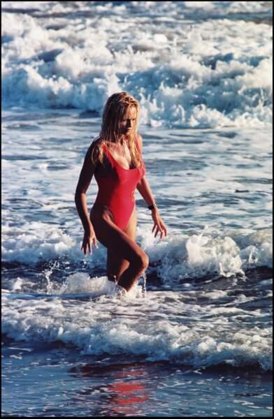 Pamela Anderson les pieds dans l'eau