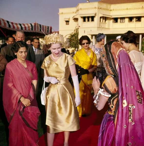 La mode indienne très colorée comme elle l'aime attire l'attention de la reine Elisabeth, 1961
