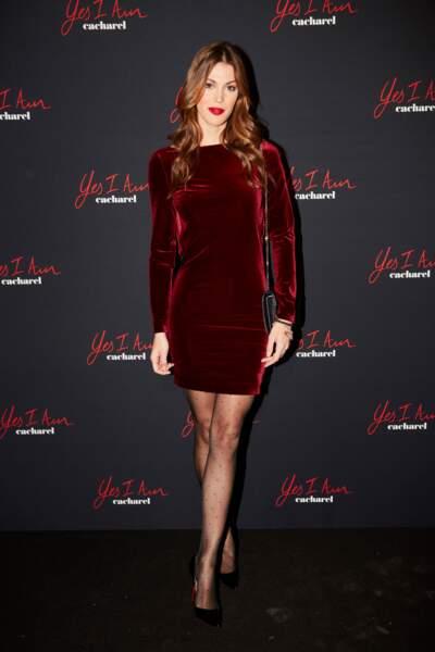 Iris Mittenaere, très sexy tout en velours rouge