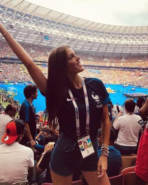 Iris Mittenaere prend la pose dans le stade de Moscou avant le début de la finale France - Croatie