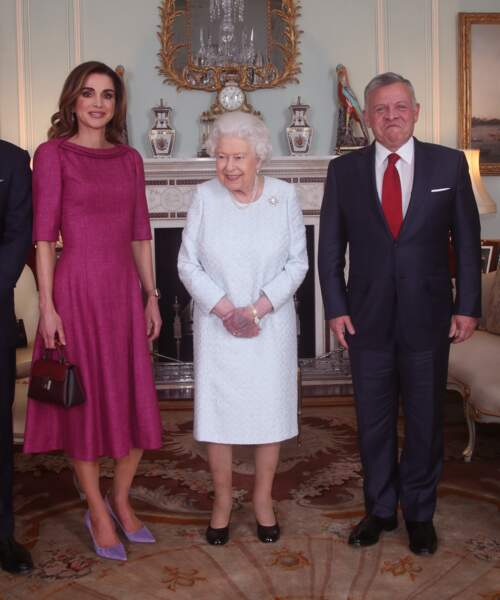Malgré sa blessure, la reine Elizabeth II garde le sourire