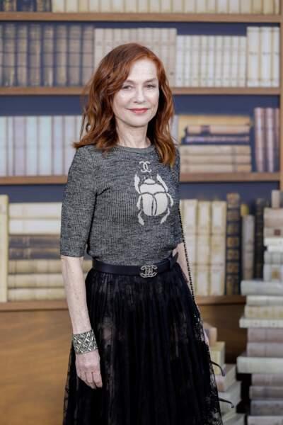 Du framboise satiné habille le sourire d'Isabelle Huppert