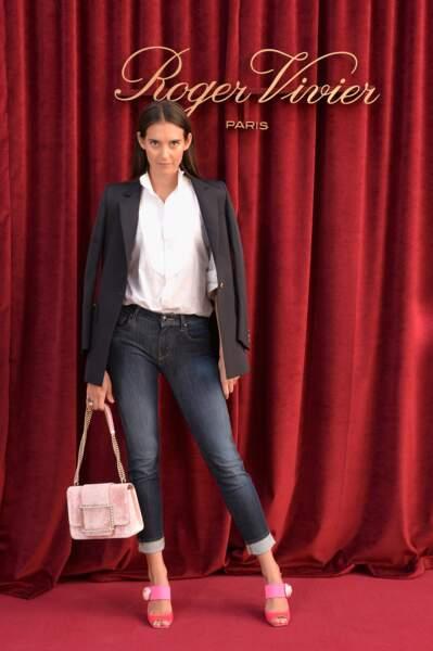 Vera Arrivabene pose au photocall de la présentation Roger Vivier printemps-été 2019 à la Fashion Week de Paris.