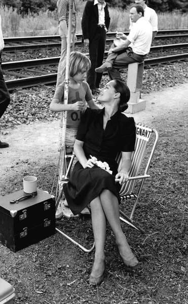 """Romy Schneider et son fils David sur le tournage du film """"Le Train"""" en 1973"""