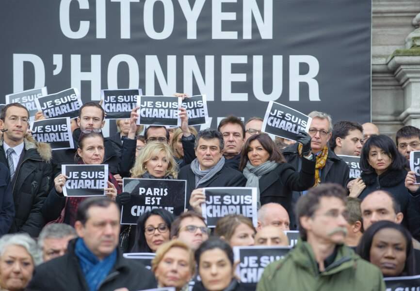L'émotion des familles et des amis devant la Mairie de Paris
