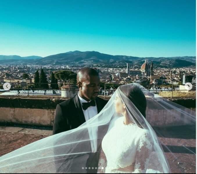Kanye West en noir et blanc classe pour épouser Kim Kardashian lors d'une des fêtes les plus chères de l'histoire