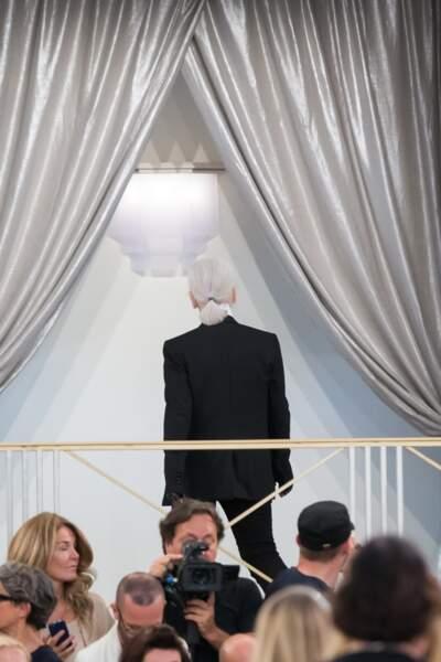 Karl Lagerfeld et son célèbre catogan, lors du défilé Chanel Haute Couture en 2015 à Paris