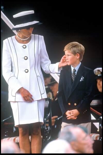 Le geste plein d'affection de Diana pour Harry, lors du 50e anniversaire du V-J Day, à Londres le 15 aôut 1995