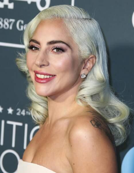 Blond-blanc elfique lissé pour Lady Gaga