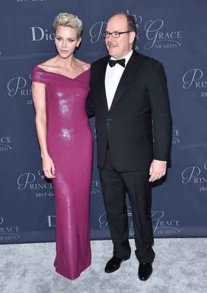 La princesse Charlène de Monaco, telle une sirène dans sa robe pourpre et lumineuse