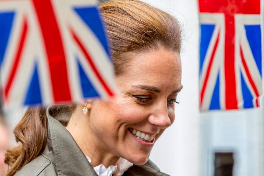 Kate Middleton adopte le teint bonne mine, le fard mordoré et l'highlighter doré pour un style plus fashion