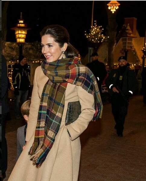 Mary, reine du style, porte un manteau camel Oscar de la Renta et des escarpins Valentino
