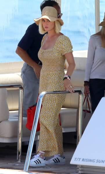 Katy Perry remet le chapeau de paille inspiration vintage au goût du jour.