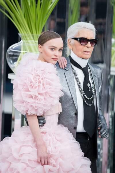 Lily-Rose Depp et Karl Lagerfeld lors du défilé Chanel au Grand Palais à Paris en 2017