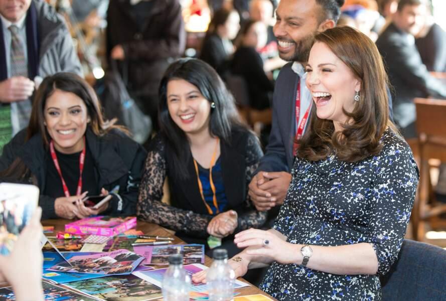 Kate Middleton rigole pendant qu'elle se fait tatouer au henné