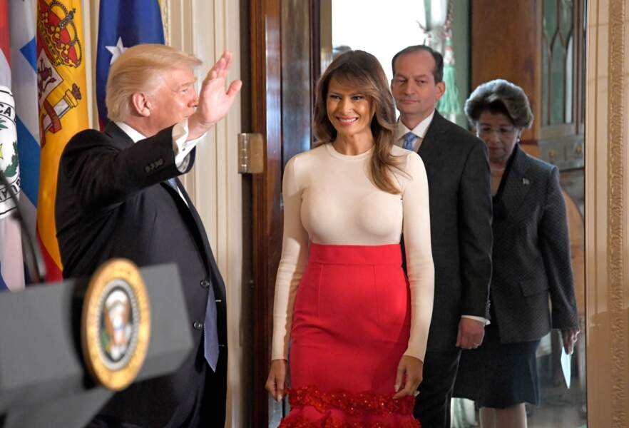 Melania Trump en top ultra moulant et robe rose Carolina Herrera, à Washington le 6 octobre 2017