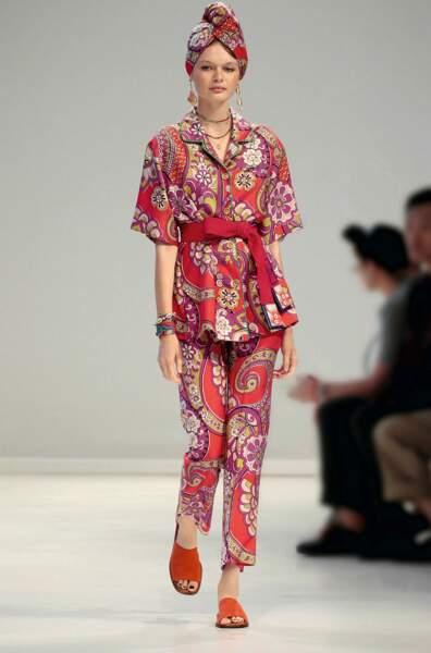 Plus fantaisie, le look Etro mixe kimono 2019 et parure ethnique.