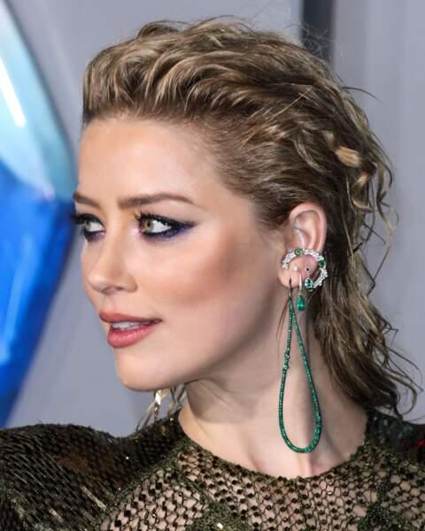 Amber Heard porte une demie-queue très tendance, à la fois bouclée et wet