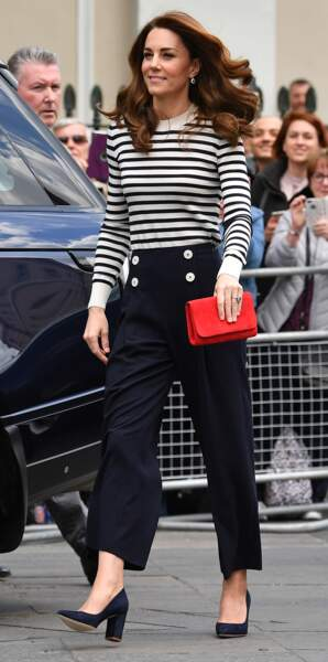 Cheveux au vent et minaudière rouge flashy pour Kate Middleton au lancement de la King's Cup le 7 mai 2019