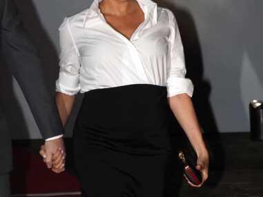 PHOTOS - Meghan Markle impressionnante en look working girl avec jupe fendue et chemise ouverte