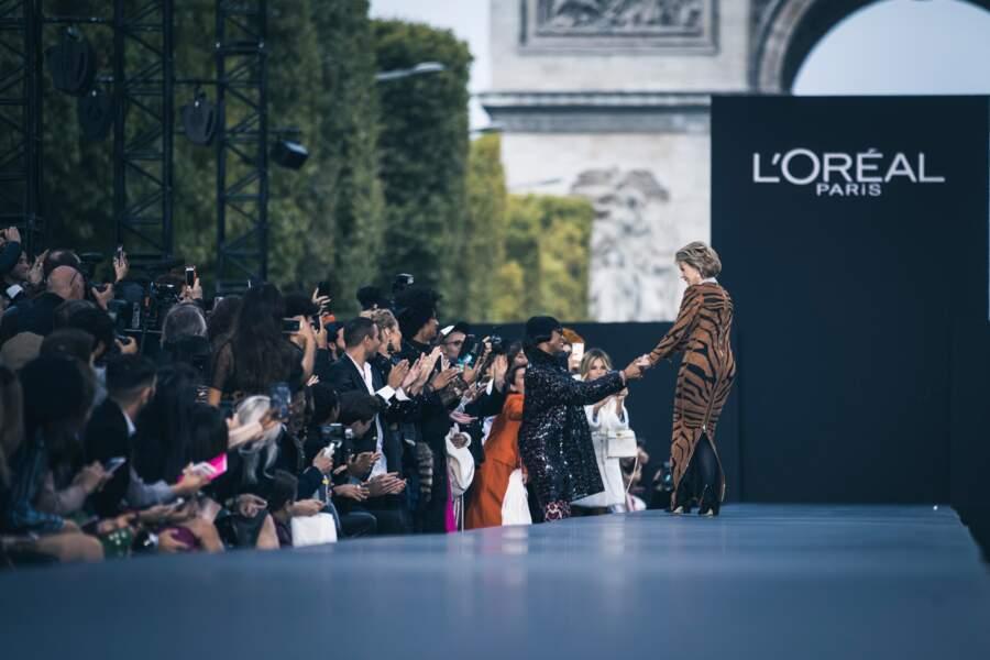 En plein défilé, Jane Fonda s'arrête pour aller embrasse sa copine, Naomi Campbell
