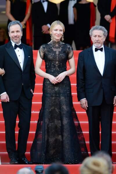 Cate Blanchett en robe dos-nu Armani et coiffée d'un chignon sophistiqué