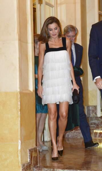 La reine en look rétro mini, signé de la créatrice catalane Teresa Helbig