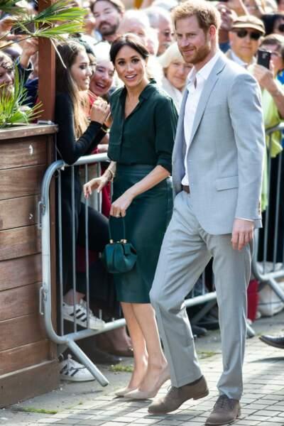 Meghan Markle assortit son sac Gabriela Hearst (sur Net-à-Porter) avec sa tenue lors de sa visite dans le Sussex.