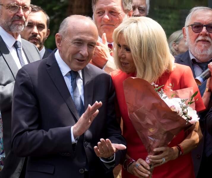 Brigitte Macron radieuse en robe rouge qui met en valeur son carré blond tendance