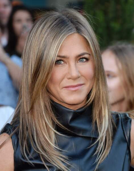 Les cheveux longs et parfaitement lisses, ça marche toujours en été comme Jennifer Aniston