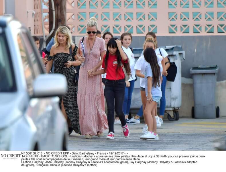 Laeticia Hallyday, sa mère et les petites Jade et Joy sur le chemin de l'école